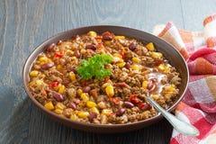 在一块棕色瓦器板材的墨西哥盘辣豆汤 免版税库存图片