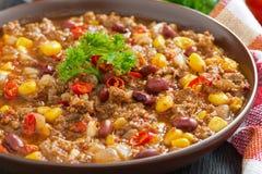 在一块棕色瓦器板材的辣墨西哥盘辣豆汤 库存照片