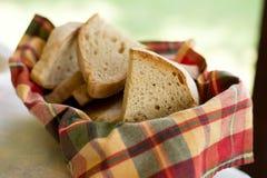 在一块毛巾的切的面包在篮子 免版税图库摄影