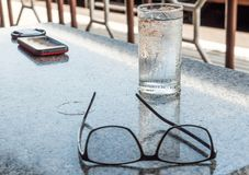 在一块清楚的玻璃的纯净饮用水 库存照片