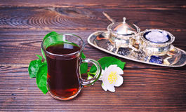 在一块清楚的玻璃玻璃的红茶与把柄 免版税库存图片