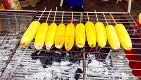 在一块热的木炭的烤玉米 库存图片
