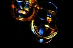 在一块玻璃与冰块,金黄颜色威士忌酒的苏格兰威士忌酒 库存图片