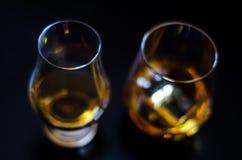在一块玻璃与冰块,金黄颜色威士忌酒的苏格兰威士忌酒 库存照片