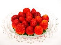 在一块玻璃板的新鲜的草莓 库存照片
