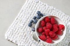 在一块玻璃板的莓白色杯子 库存照片
