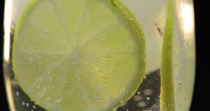 在一块玻璃的一份刷新的饮料与冰和石灰 o 免版税库存照片