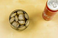 在一块玻璃的冰块用可口可乐 在视图之上 免版税图库摄影