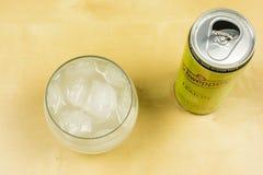 在一块玻璃的冰块用Schweppes柠檬 在视图之上 免版税图库摄影
