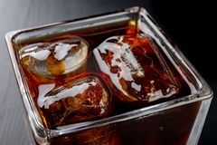 在一块玻璃的冷的饮料在一张木桌上 准备好一份变冷的饮料被吃 免版税库存图片