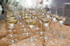 在一块玻璃的刷新的白葡萄酒在背景 库存照片