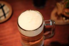 在一块玻璃的啤酒与泡沫 库存照片