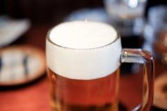 在一块玻璃的啤酒与泡沫 库存图片