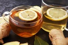 在一块玻璃的姜茶流感冷的冬日 库存照片