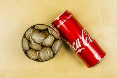 在一块玻璃的崇拜可口可乐与冰块 在视图之上 免版税库存照片