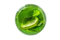 在一块玻璃的新绿色饮料用薄菏 在视图之上 免版税图库摄影