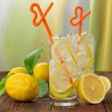 在一块玻璃的柠檬水与冰 免版税库存照片