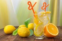 在一块玻璃的柠檬水与冰 库存图片