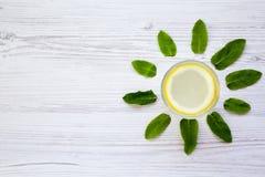 在一块玻璃的柠檬水饮料在白色木背景,顶视图 背景创造性的夏天 库存图片
