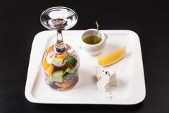 在一块玻璃的沙拉用柠檬和乳酪 免版税库存照片