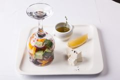 在一块玻璃的沙拉用柠檬和乳酪 库存图片