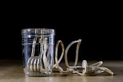 在一块玻璃的热化水在芥末以后 brewin老方法  免版税库存图片