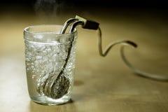 在一块玻璃的热化水在芥末以后 brewin老方法  免版税库存照片
