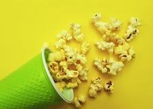 在一块玻璃的玉米花在一道黄色背景开胃菜 免版税库存图片