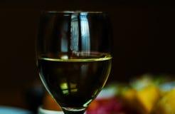 在一块玻璃的白葡萄酒用在一张木桌,集合o上的开胃菜 免版税库存图片