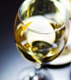 在一块玻璃的白葡萄酒用在一张木桌,集合o上的开胃菜 免版税图库摄影