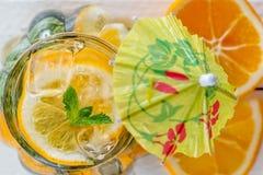 在一块玻璃的纸伞特写镜头用自创柠檬水 库存照片