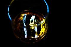 在一块玻璃的苏格兰威士忌酒与冰块,金黄颜色威士忌酒 库存图片