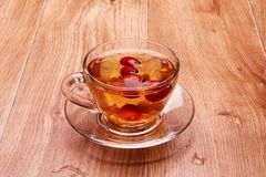 在一块玻璃的茶用莓果 免版税图库摄影