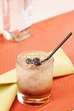 在一块玻璃的荆棘鸡尾酒用蓝莓 免版税库存图片