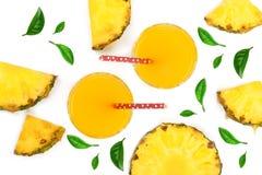 在一块玻璃的菠萝汁与在白色背景的菠萝切片 顶视图 平的位置样式 库存照片
