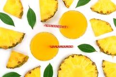 在一块玻璃的菠萝汁与在白色背景隔绝的菠萝切片 顶视图 平的位置样式 免版税图库摄影