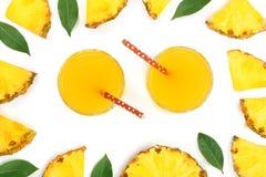 在一块玻璃的菠萝汁与在白色背景隔绝的菠萝切片 顶视图 平的位置样式 免版税库存图片
