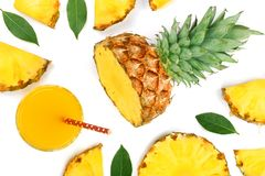 在一块玻璃的菠萝汁与在白色背景隔绝的菠萝切片 顶视图 平的位置样式 免版税库存照片