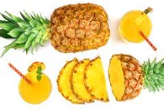 在一块玻璃的菠萝汁与在白色背景隔绝的菠萝切片 顶视图 平的位置样式 库存照片