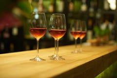 在一块玻璃的酒在餐馆 图库摄影