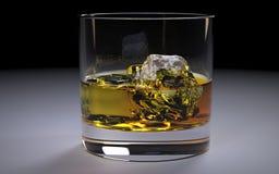 在一块玻璃的酒精琥珀色的威士忌酒保守主义者与冰 免版税库存图片