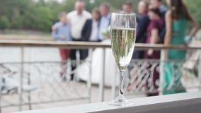 在一块玻璃的香宾在婚礼 股票录像