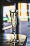 在一块玻璃的香宾在酒吧 免版税库存图片