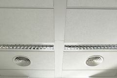 在一块白色天花板的透气 免版税库存照片