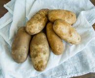 在一块白色布料的静物画土豆 免版税库存照片