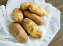 在一块白色布料的静物画土豆 免版税图库摄影