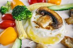 在一块白色板材炒蛋的健康早午餐想法用菜玉米蘑菇黄瓜 图库摄影