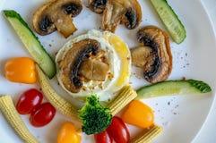 在一块白色板材炒蛋的健康早午餐想法 免版税库存照片