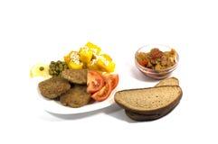 在一块白色板材用面包,顶视图的素食食物关闭 库存图片