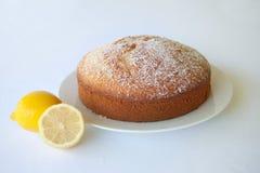 在一块白色板材的一块柠檬茶松糕反对一白色backgro 库存照片